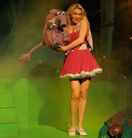 File:Gemma Holding the Fluffalope (The Go!Go!Go! Show, Nick Jr.jpg