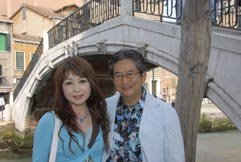 Archivo:Go Nagai and Sumiko strolling in Venice, Italy (2007).JPG