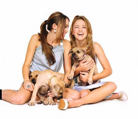File:Miley-Emily-miley-and-lily-14772974-466-400.jpg