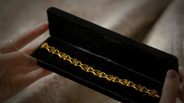 File:Fred gives Willa a bracelet.jpg