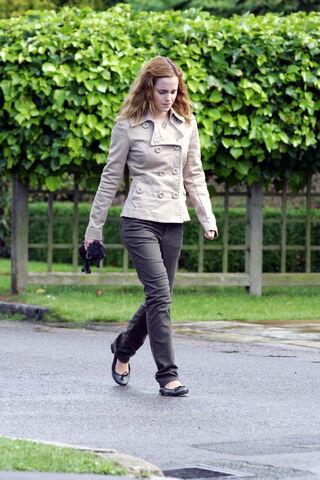 File:Hermionewalking1.jpg