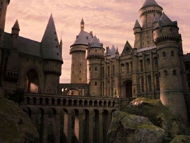 File:Hogwarts-harry-potter-30982898-1024-768.jpg