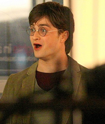 File:Harry behindthescenes 21.jpg