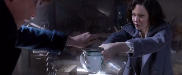 File:Porpentina Scamander Newt Scamander's teapot.jpg