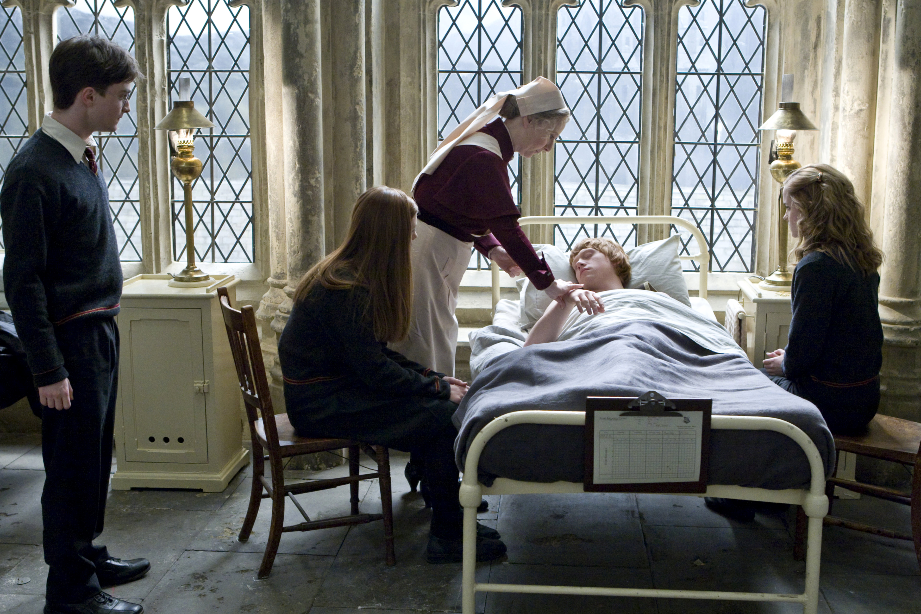 Bestand:Ron Weasley being admit on the Hospital wing.jpg
