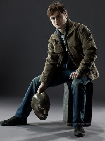 File:DH Harry Potter holding a Death Eater's mask 01.jpg