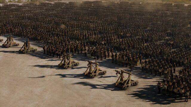 Archivo:Asedio Meereen catapultas HBO.jpg