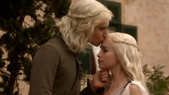 Archivo:Viserys Daenerys Targaryen hbo.jpg