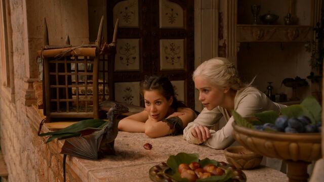 Archivo:Daenerys, Doreah y Drogon en Qarth HBO.jpg