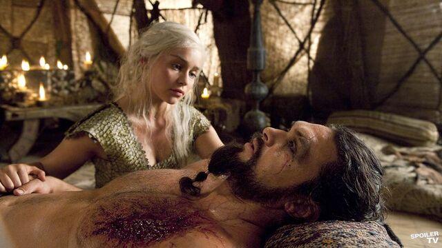 Archivo:Drogo agonizando HBO.jpg
