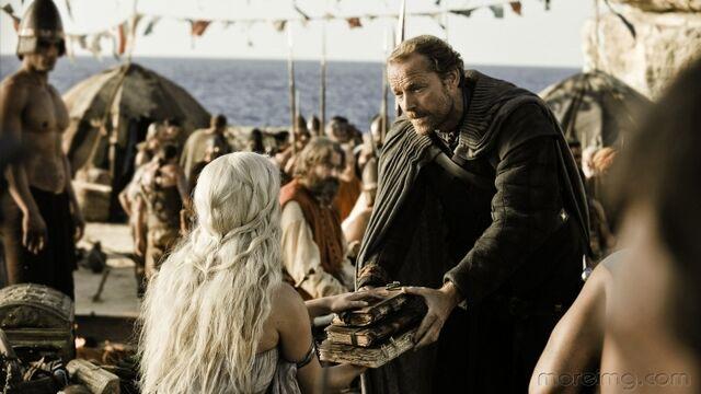 Archivo:Jorah entrega libros a Daenerys HBO.jpg