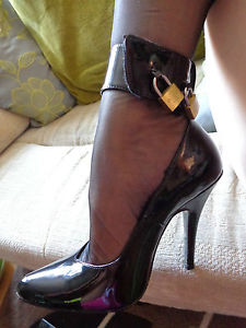 File:Lock high heels.jpg