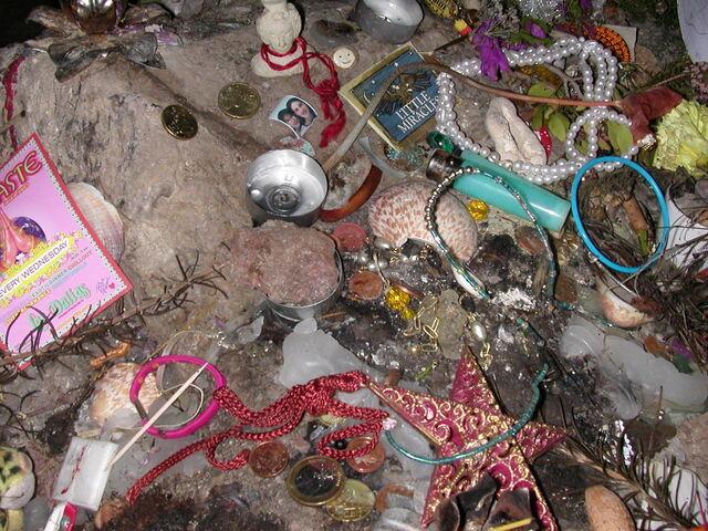 File:Hippiesker Altar in der 'Es Culleram-Höhle, Ibiza.jpg