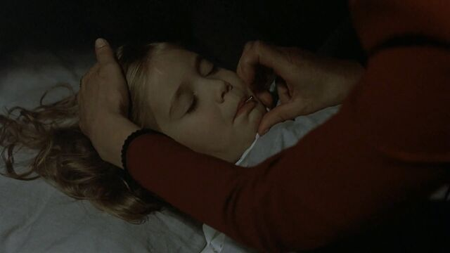 File:Magda crushing the capsule.jpg