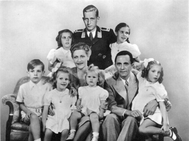 File:Bundesarchiv Bild 146-1978-086-03, Joseph Goebbels mit Familie.jpg
