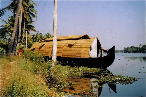 File:കെട്ടുവള്ളം..... A houseboat moored on the backwaters....jpg