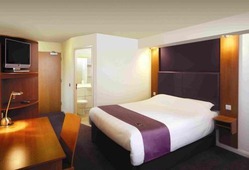 File:Premier-inn-bed.jpg