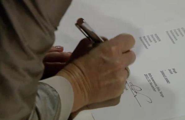 Fil:Eva signerer.jpg