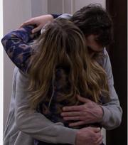 Jenny omfavner Eddie