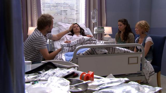 Fil:Roger, Bea og Runa ved Vanessa på sykehuset.png