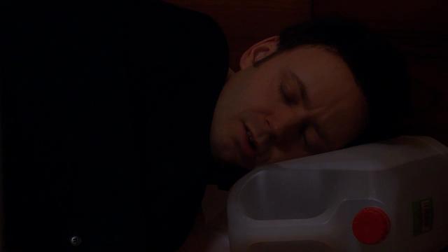 Fil:Pelle sover i lobbyen.png