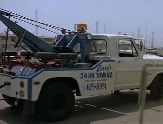 File:Larry's 24-Hour Towing.jpg