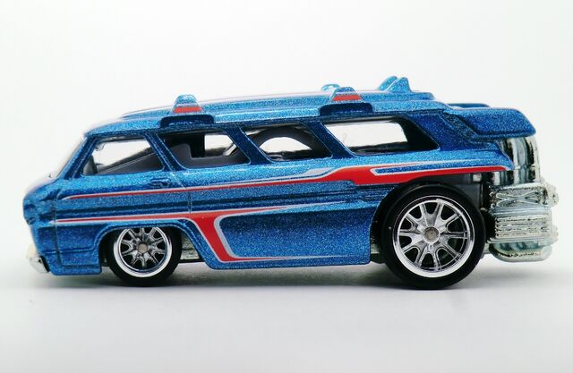 File:Custom Chevy Greenbrier Sports Wagon-2015 Heritage Series.jpg