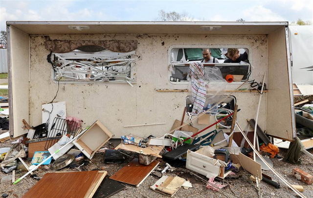 File:EF2 damage to a mobile home in New Orleans.png