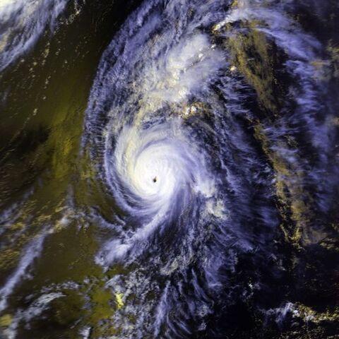 File:Hurricane Iniki 11 sept 1992 2358Z.jpg