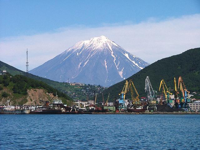 File:Petropavlovsk Kamcatskij Volcan Koriacky in background.png