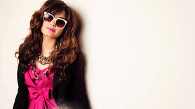 Demi lovato with big chain necklase and big sun glasses 1366x768 wallpaper