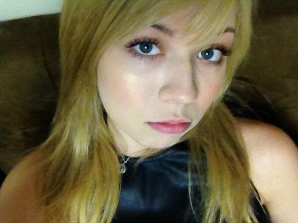 File:Jennette's first pic in honor of 2.7 mil on Twitter.jpg