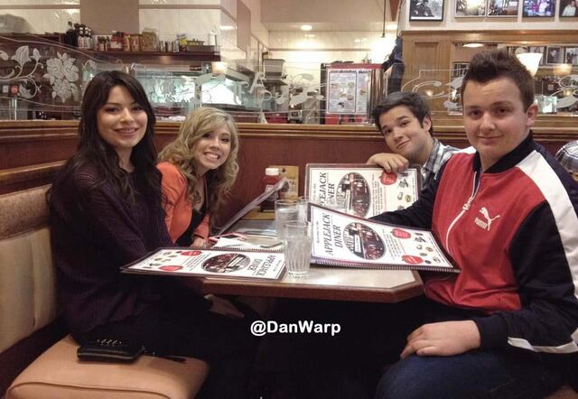 File:Icarly crew at danwarp.jpg