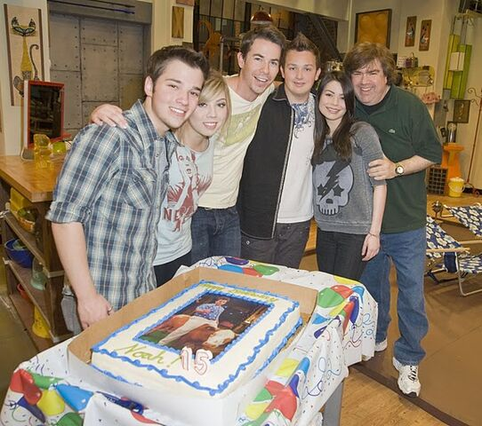 File:Noah Munck's 15th b-day pic with cast icarly noah bday 04HR, 05-03-11.jpg