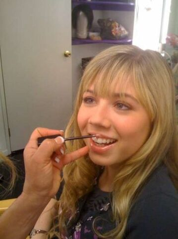 File:Jennette Mccurdy on FB, make-up on lips 24219 101402933231924 100000866538214 33541 137429 n.jpg