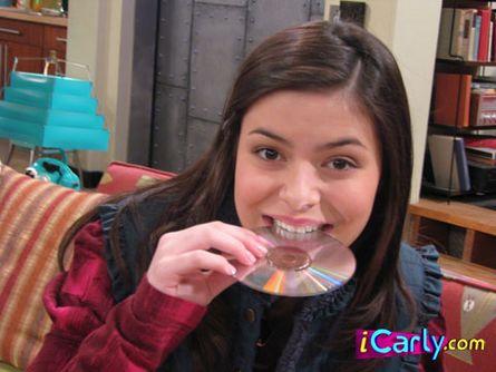 File:Carly Shay bites a CDDDDDD.jpg