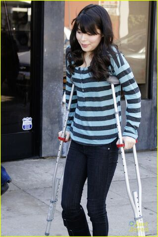 File:Miranda-cosgrove-stripe-shirt-03.jpg