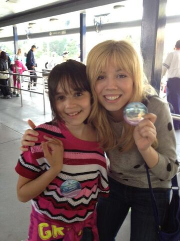 File:Jennette and Gianna Ocasio April 15, 2013.jpg