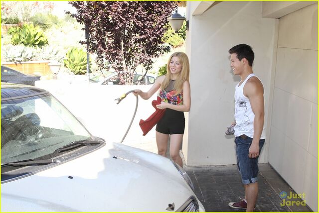 File:Jennette-mccurdy-car-wash-fun-04.jpg