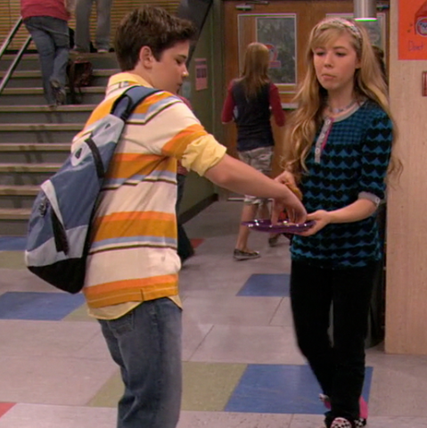 File:Seddie shares cookies iSHF.png
