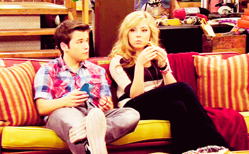 File:Sam and freddie sitting on couch.jpg