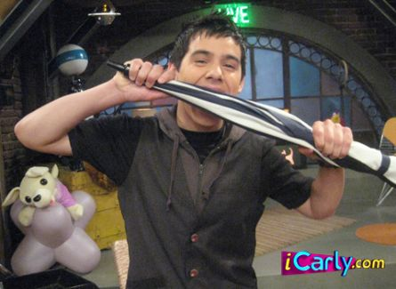 File:Icarly-david-biting-stuff-3.jpg