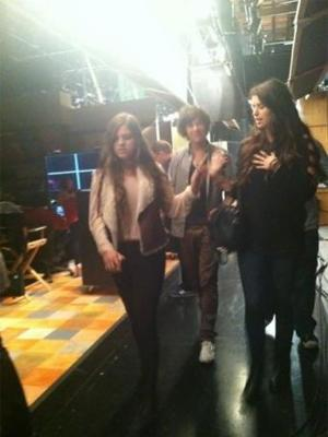 File:One direction set of icarly blurry 02 310112 300x400.jpg