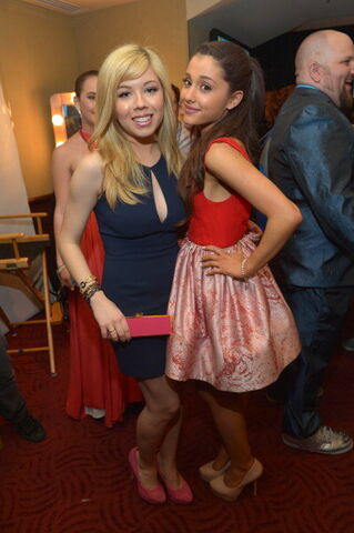 File:Jennette and Ariana backstage at KCAs 2013.jpg
