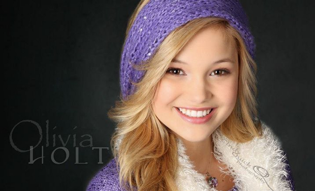 File:Olivia Holt Smiling in Purple.png