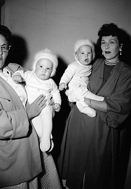 File:Richard and Ronald Lee Simmons with mother.jpg
