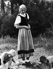 Bundesarchiv Bild 119-5592-12A, Mädchen mit spielenden Kindern