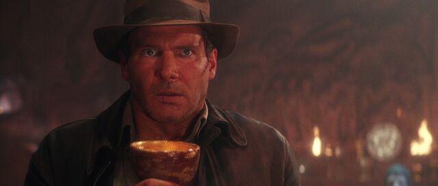 ファイル:Indy drinks grail.jpg