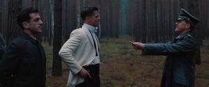 Landa gives his knife to Aldo