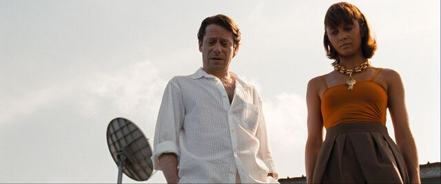 File:Quantum of Solace - Greene shows Camille the dead employee.jpg